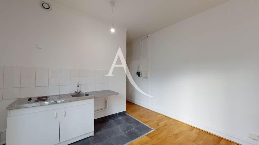 louer studio à maisons alfort: 28 m², pièce de vie avec coin cuisine aménagée