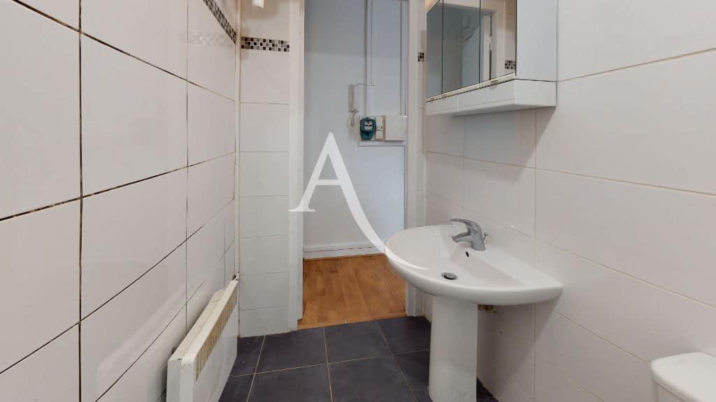 appartement a louer maison alfort: 28 m², salle d'eau avvce meuble miroir et rangements
