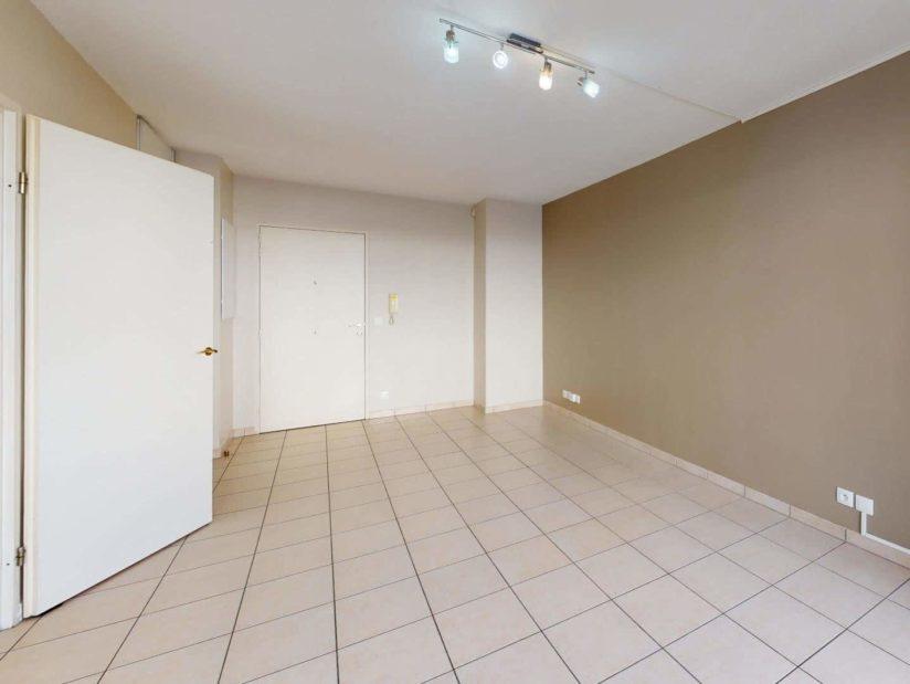 louer appartement à alfortville: 2 pièces 45 m², porte d'entrée qui donne sur la pièce à vivre