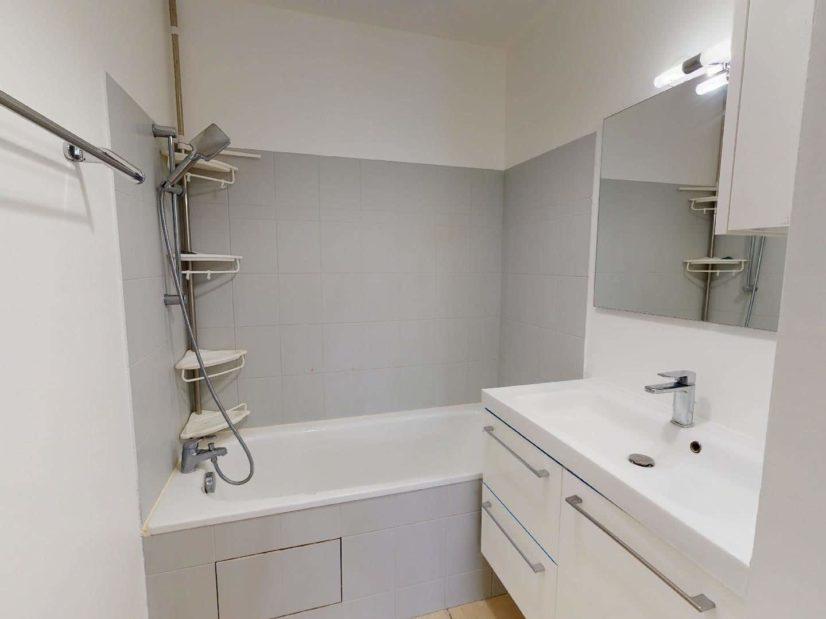 alfortville immobilier: 2 pièces 45 m², salle de bains avec baignoire et meuble vasque