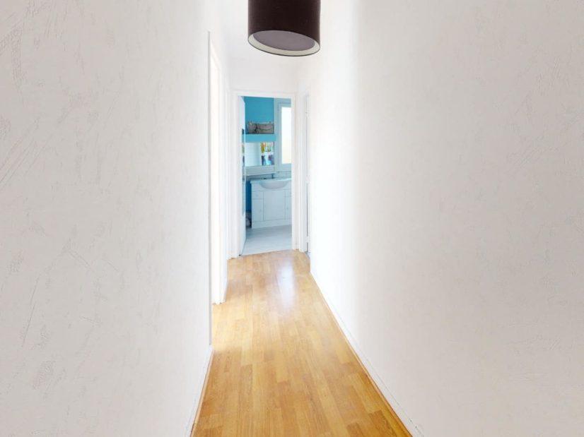 agence immo 94: 4 pièces 85 m², couloir menant aux pièces, plafonnier