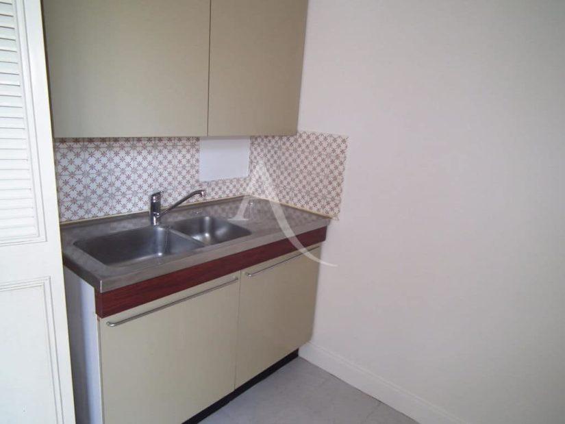 studio à vendre à charenton-le-pont: 29 m², coin cuisine avec rangements à aménager