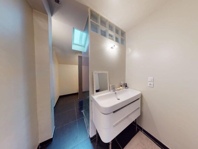 immobilier à acheter: 3 pièces 90 m², belle vasque moderne avec tiroirs en dessous