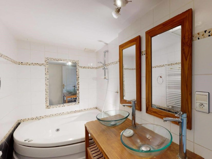 agence immobilière alfortville: 4 pièces, salle de bain, baignoire, 2 vasques en verre