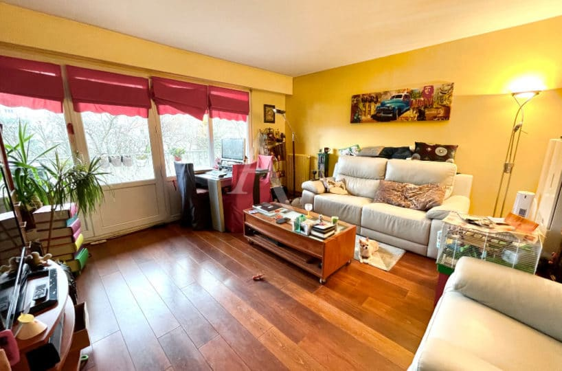 agence immo maisons-alfort: 3 pièces 67 m², grande pièce à vivre avec parquet et vue sur jardin