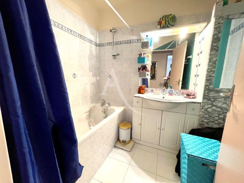 vente appartement maisons-alfort: 3 pièces 67 m², belle salle de bain avec baignoire