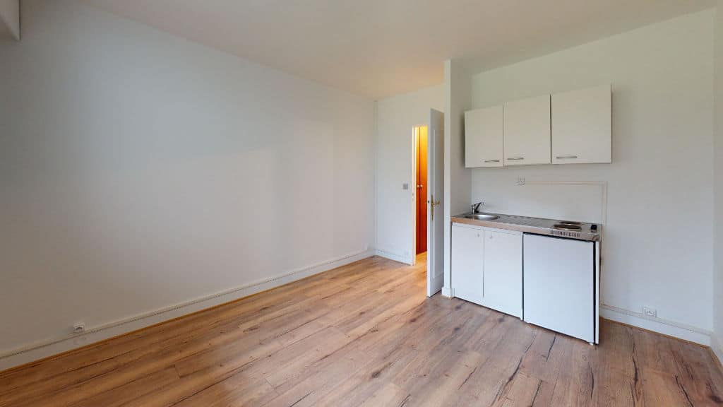 location studio maisons-alfort: 20 m², pièce à vivre avec cuisine américaine, rez-de-chaussée, vue sur parc