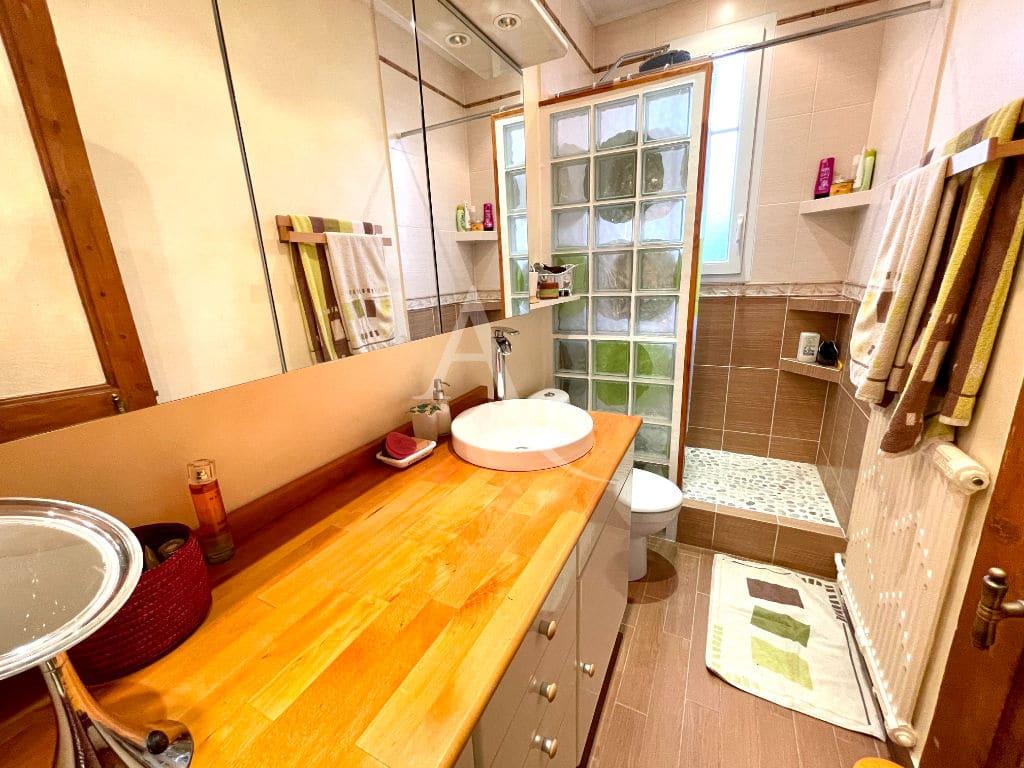 maison maisons alfort: 4 pièces 74 m², belle salle d'eau moderne avec douche, rangements