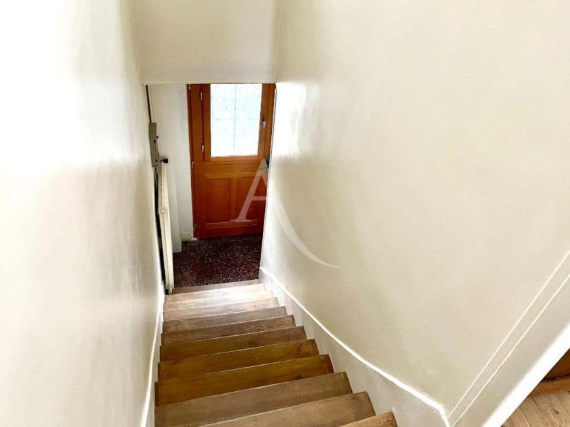 vente maison 94700: 4 pièces 74 m², escalier en bois menant à la 3° chambre