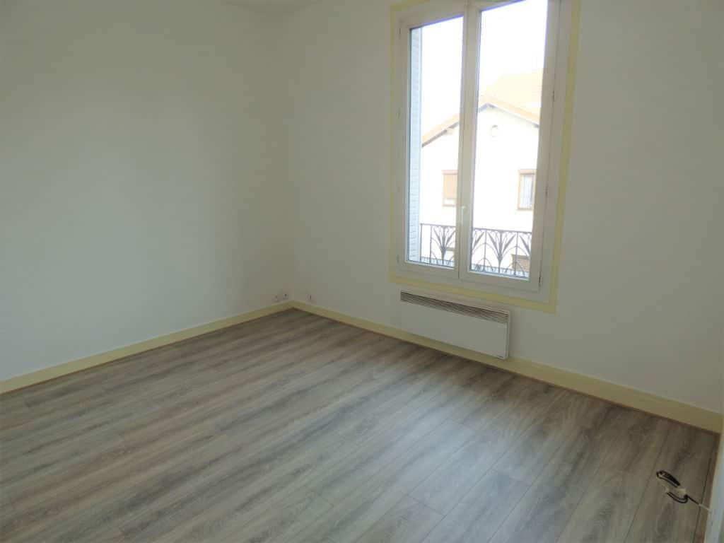louer studio à maisons alfort: 21 m², pièce à vivre entièrement rénovée