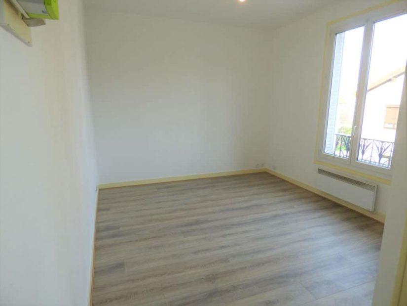 studio à louer maison alfort: 21 m², chambre à coucher lumineuse, parquet au sol
