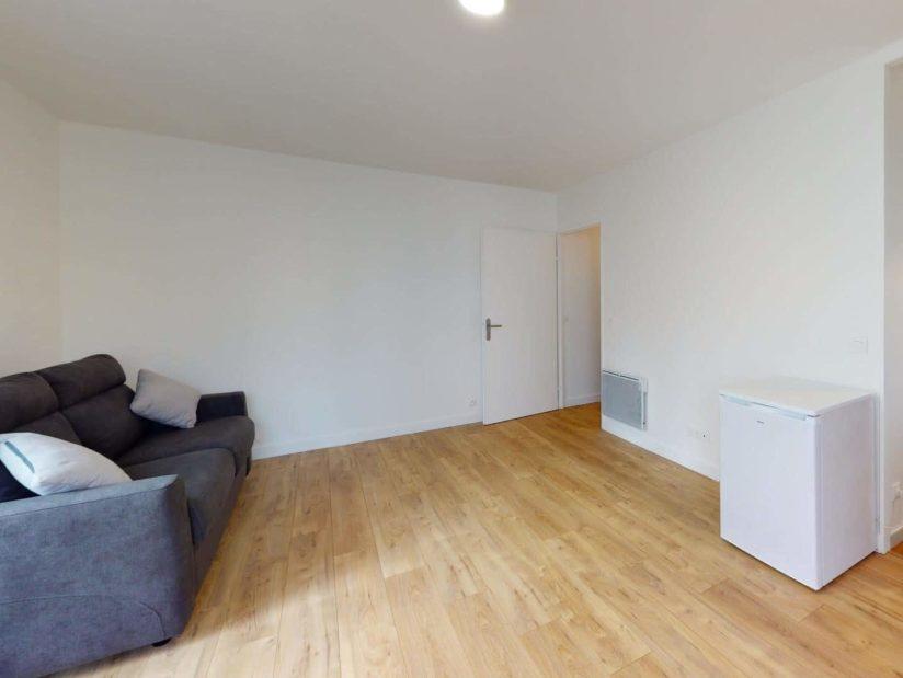 louer studio à maisons alfort: 33 m², pièce à vivre avec canapé et petit réfrégirateur