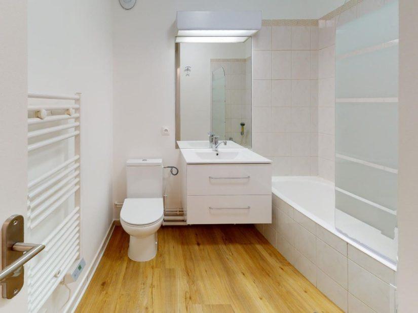 appartement a louer maison alfort: 33 m², salle de bain avec baignoire et wc