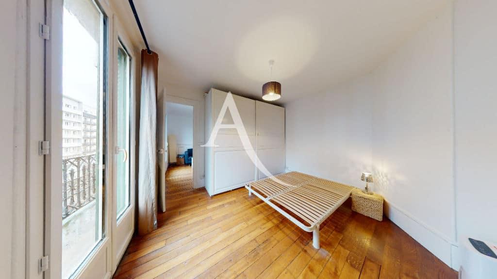 immo charenton: 2 pièces 33 m², chambre à coucher avec sommier, armoire et balcon