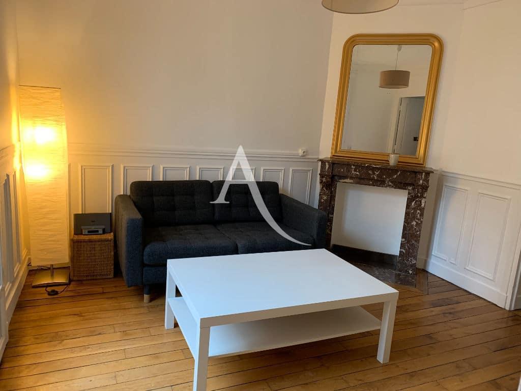 location appartement charenton le pont 94220: 2 pièces, séjour avec canapé, petite table