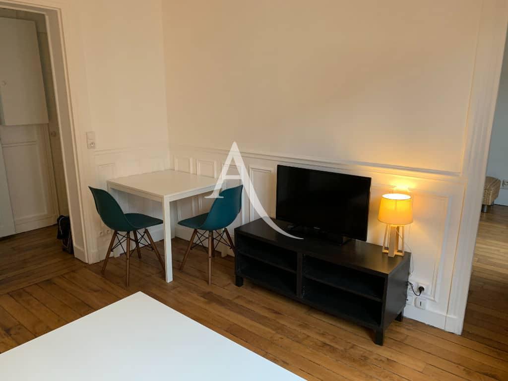 louer appartement à charenton: 2 pièces 33 m², séjour avec coin repas, table et cahises