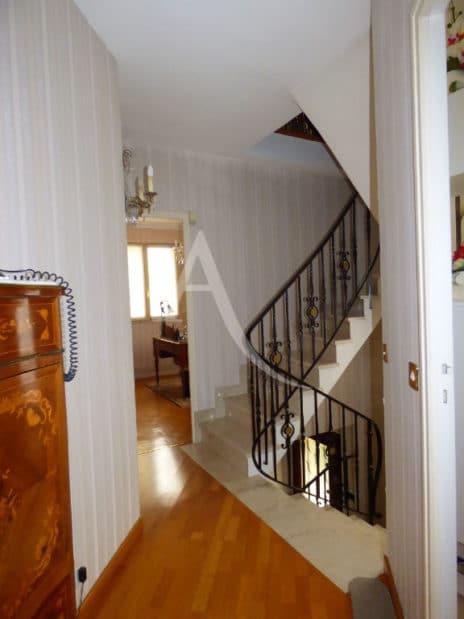 agence immobilière ouverte le samedi: maison 5 pièces 141 m², escalier au 1er étage, aperçu bureau et chambre