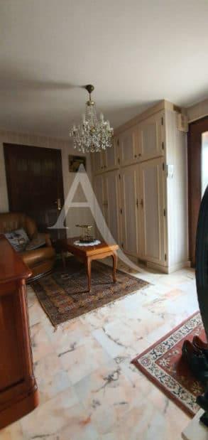 immobilier maison: 5 pièces 141 m², entrée avec placards et canapé