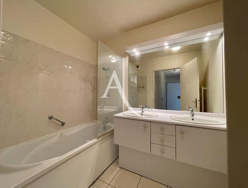vente appartement charenton: 3 pièces 62 m², salle de bain moderne avec baignoire