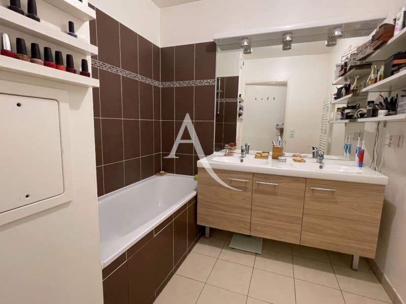 vente appartement 94700: 3 pièces 62 m², salle de bain avec baignoire, double vasque