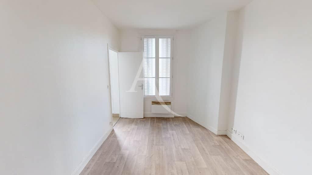 agence alfortville: 2 pièces 30 m², chambre à coucher, fenêtre avec volets