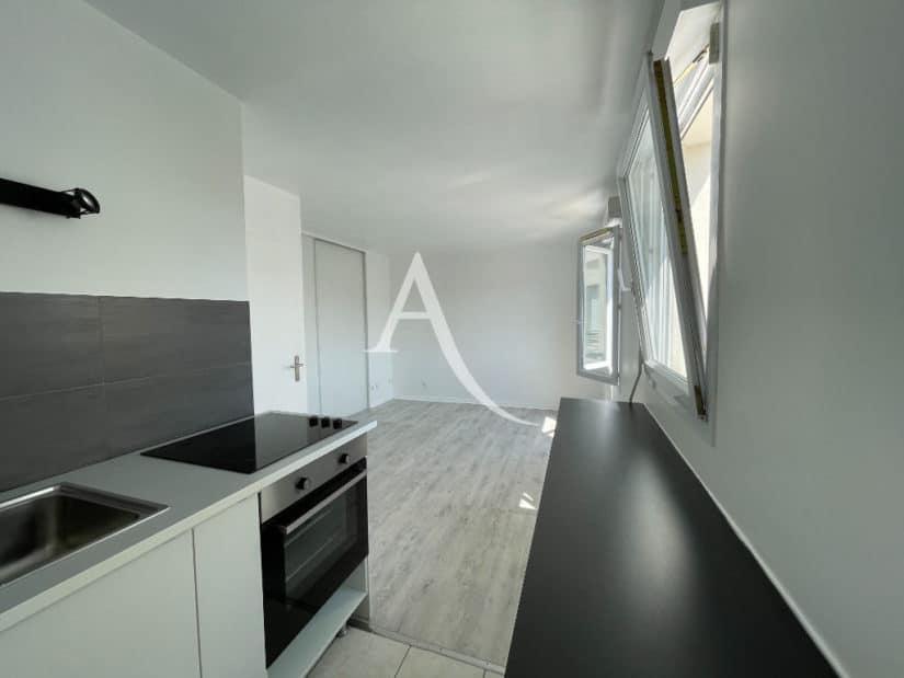 agence immobilière val de marne: 25 m²,  un coin cuisine aménagé avec plaque et four
