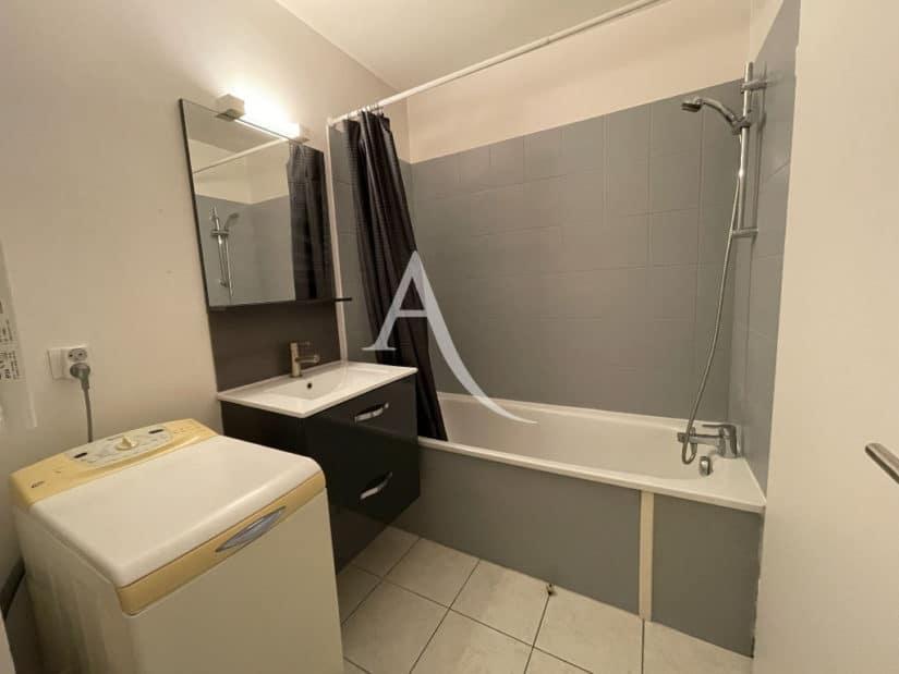 immobilier louer: studio 25 m², une salle de bains avec toilettes et machine à laver