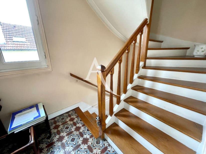 agence immobilière maisons-alfort: 6 pièces 120 m², escalier menant aux chambres
