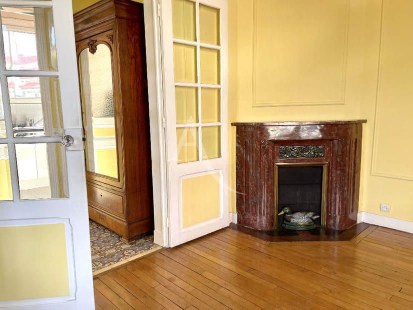 agence immo maisons-alfort: 6 pièces 120 m², séjour avec cheminée, parquet au sol