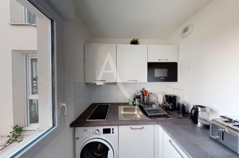 agence alfortville: 27 m², cuisine équipée de plaques, four, rangements