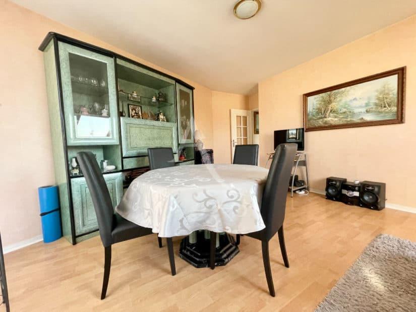 appartement à vendre à charenton: 3 pièces 76 m², salle à manger avec un joli vaisselier