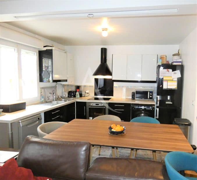agence de location appartement: 3 pièces 64 m², séjour ouvert sur cuisine aménagée