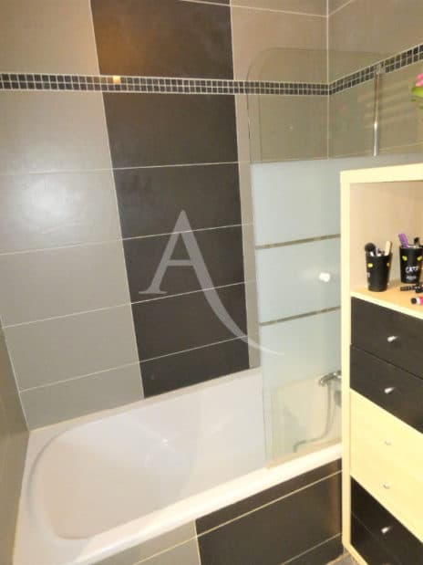 appartement a louer alfortville: 3 pièces 64 m², salle de bain avec vaignoire et wc