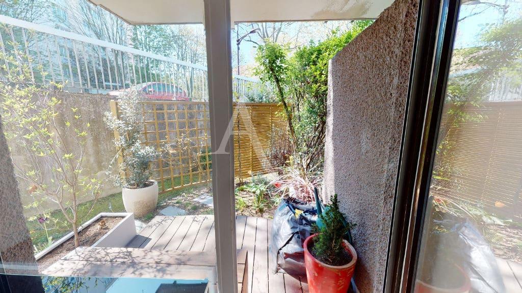 appartement à vendre val marne: 3 pièces 54 m², dégagement, lattes en bois sur le mur de clôture