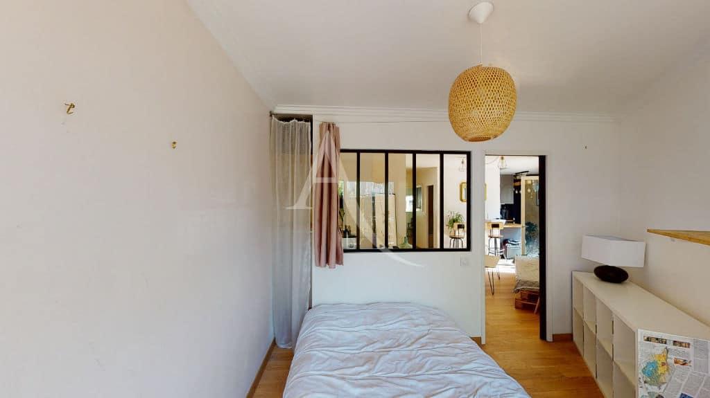 l adresse immobilier: 3 pièces 54 m², chambre à coucher, lustre au plafond, lit double