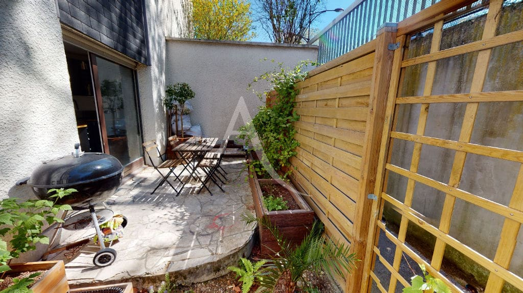 immobilier maison: 3 pièces 54 m², terrasse avec mur de clôture habillé de lattes en bois
