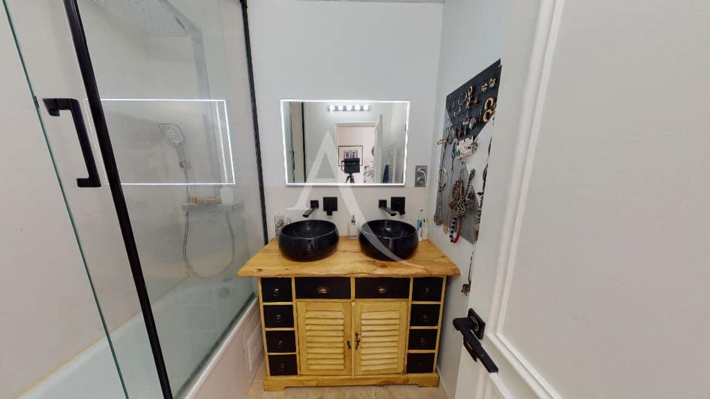 immobilier 94: 3 pièces 54 m², salle de bain avec baignoire et 2 vasques