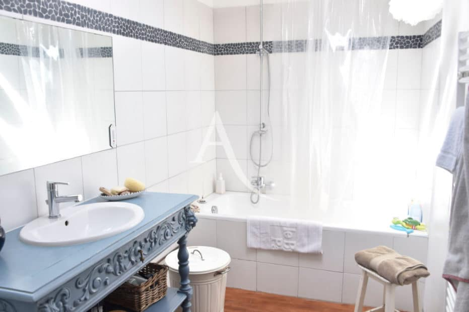 vente maison à charenton le pont: 3 pièces + studio, salle de bain avec baignoire