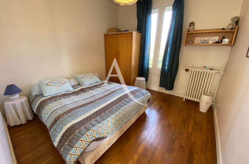 maison maisons alfort: 7 pièces 191 m², cinquième chambre avec parquet et murs blancs