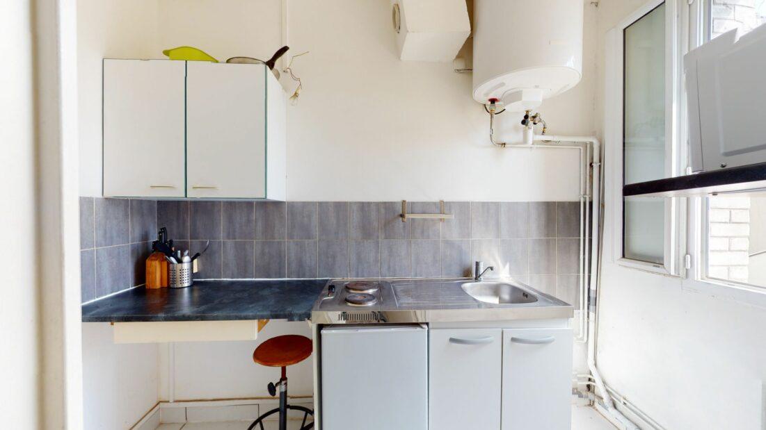 l adresse immobilier: 20 m², cuisine indépendante sur cour (frigo, 2 plaques, 1 micro-ondes, emplacement lv-linge)