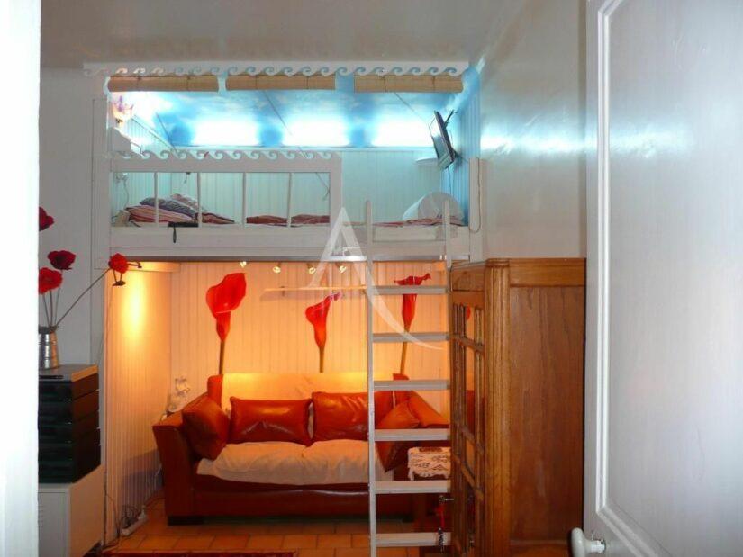 vente studio à charenton: 26 m², pièce principale avec mezzanine et canapé en dessous