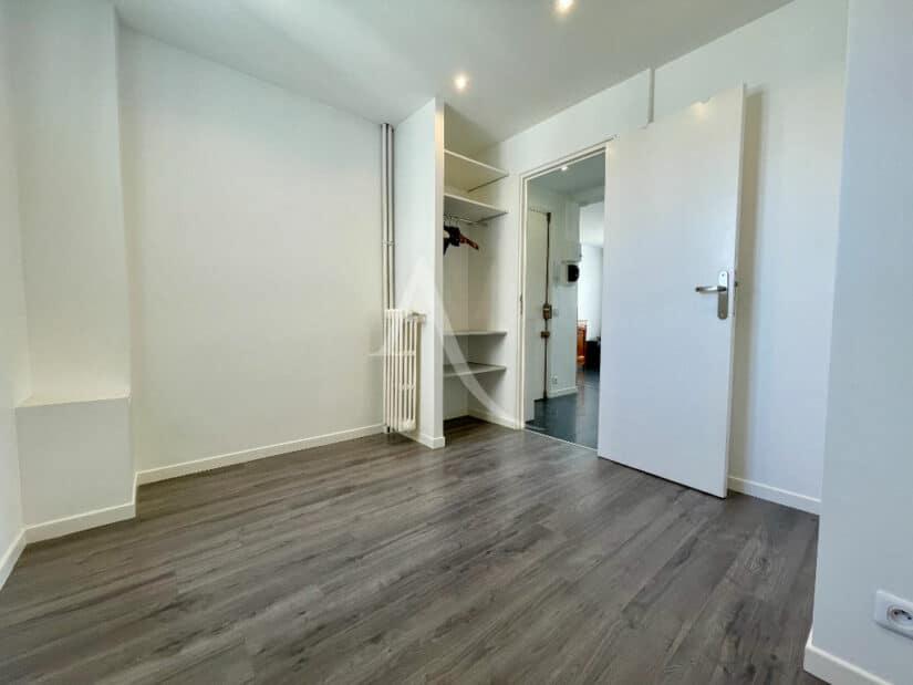 appartement charenton le pont: 2 pièces 33 m², chambre à coucher avec penderie