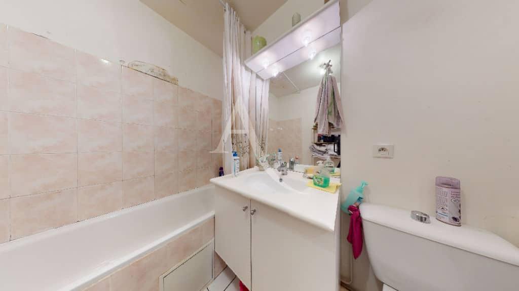 l adresse immobilier: 2 pièces 38 m², salle de bian avec baignoire et wc