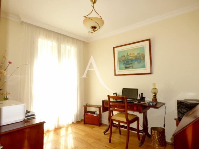 agence immo 94: 4 pièces 90 m², pièce aménagée en bureau, parquet au sol