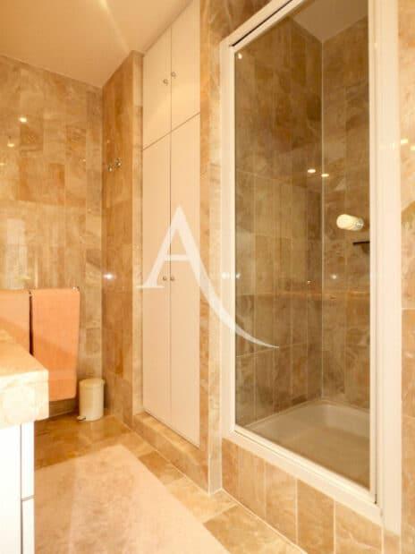 vente direct immo: 4 pièces 90 m², salle d'eau avec douche et armoire de rangement