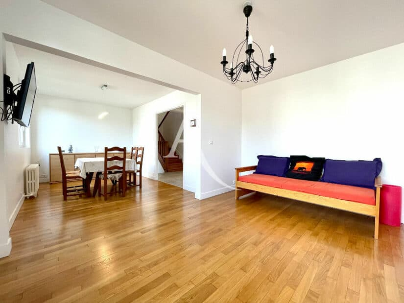 vente maison maisons-alfort: 5 pièces 111 m², séjour double avec jolie lustre au plafond