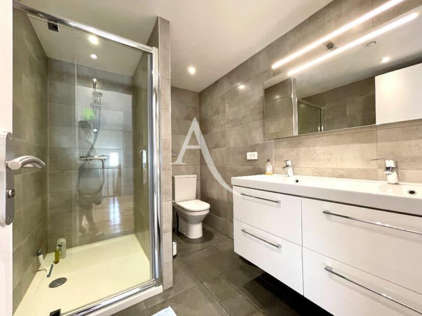 agence immo maison-alfort: 5 pièces 111 m², belle salle d'eau avec douche et wc