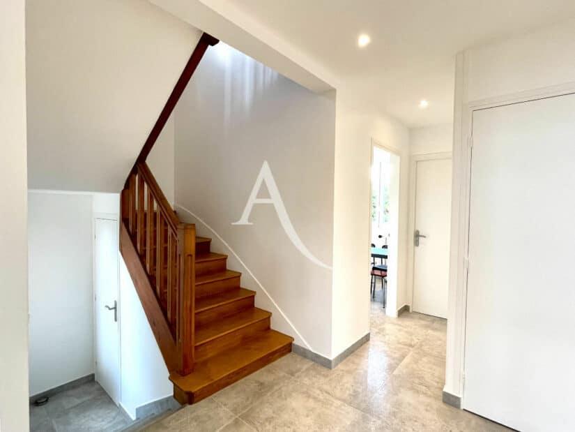 agence immo maisons alfort: 5 pièces 111 m², escalier en bois pour accéder à l'étage