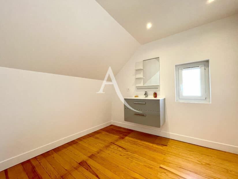 acheter a maisons alfort: 5 pièces 111 m², lavabo moderne avec meuble et miroir