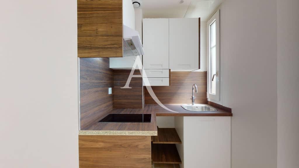 studio meublé maisons alfort: 27 m², cuisine us avec hotte et plaque vitrocéramique
